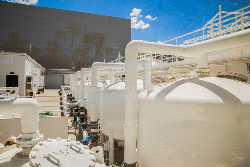 Industrielle Filtrationssystemansicht hinter Scheibe des Glases stockbilder