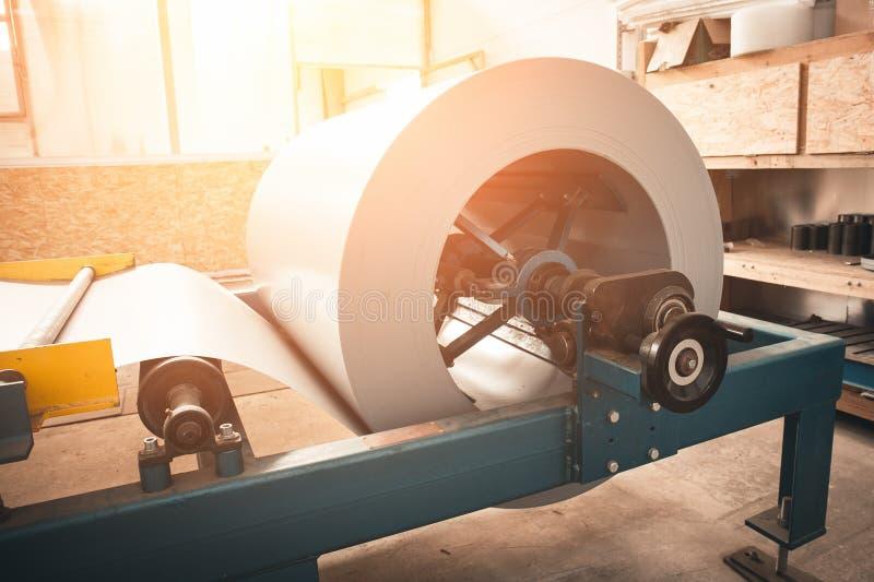 Industrielle galvanisierte Stahlrollenspule für die Blechtafel, die Maschine in der Metallverarbeitungsfabrikwerkstatt, Sonnenlic lizenzfreie stockfotografie