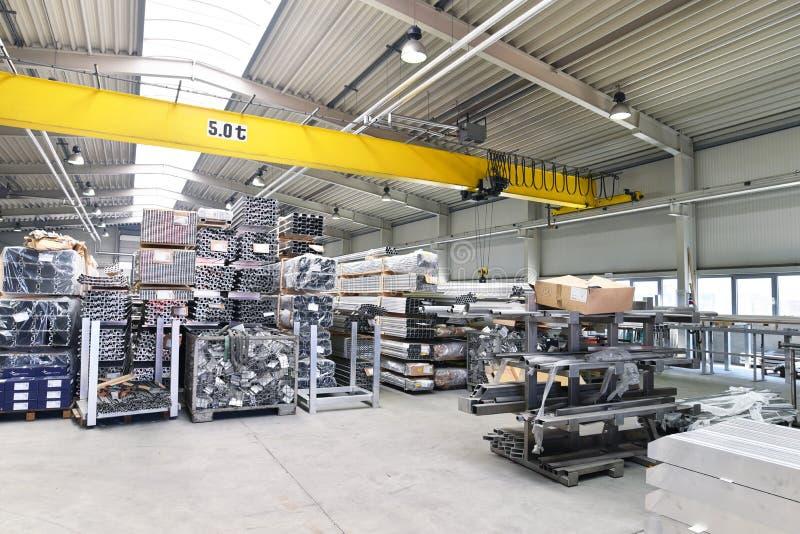 Industrielle Halle in Metallarbeits - Lagerung von Stahlrohren für Pro lizenzfreies stockbild