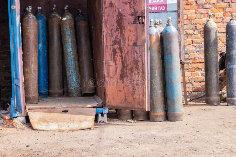 Industrielle Hochdrucksauerstoff-flaschen für industrielles Metallschweißen stockfoto