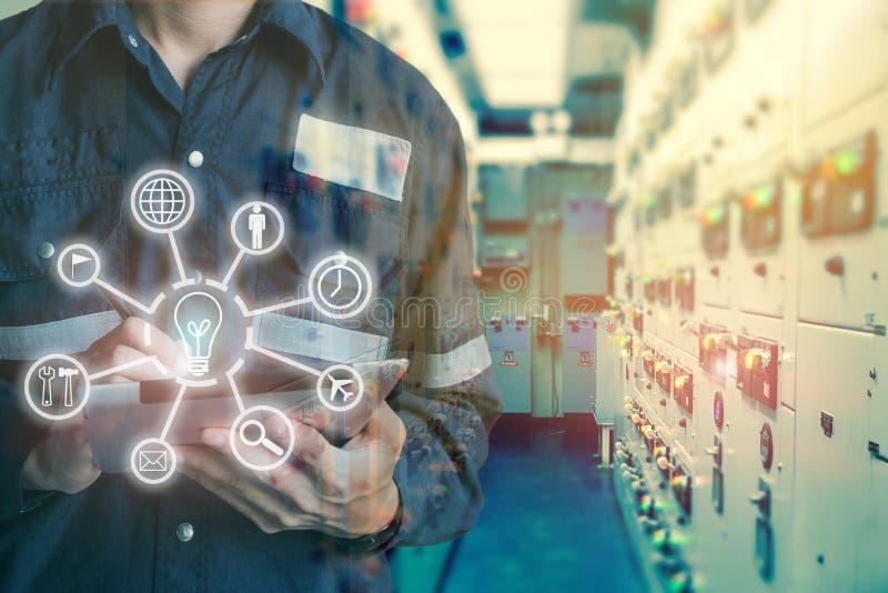 Industrielle Innovationstechnologie und Industrie 4 Das Wort der roten Farbe gelegen über Text der weißen Farbe Doubl lizenzfreies stockfoto