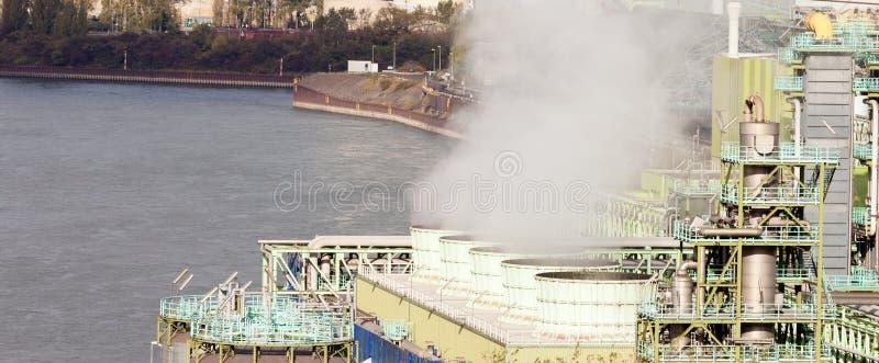 Industrielle Kühlanlagefunktion des Flussufers stockfotos