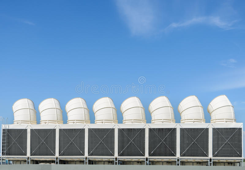 Industrielle Kühltürme stockbilder