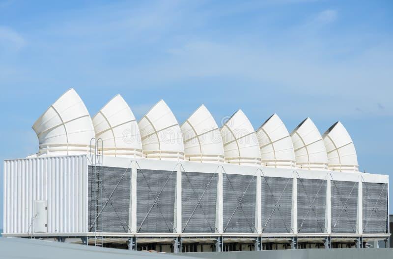 Industrielle Kühltürme auf blauem Himmel lizenzfreie stockfotografie