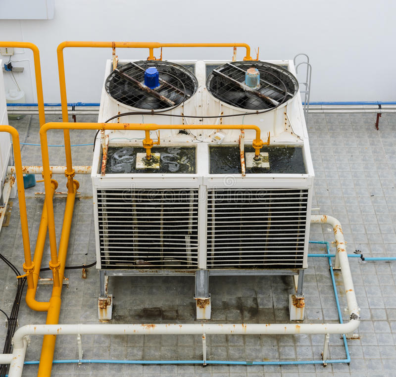 Industrielle Kühltürme auf Dachspitze lizenzfreie stockbilder