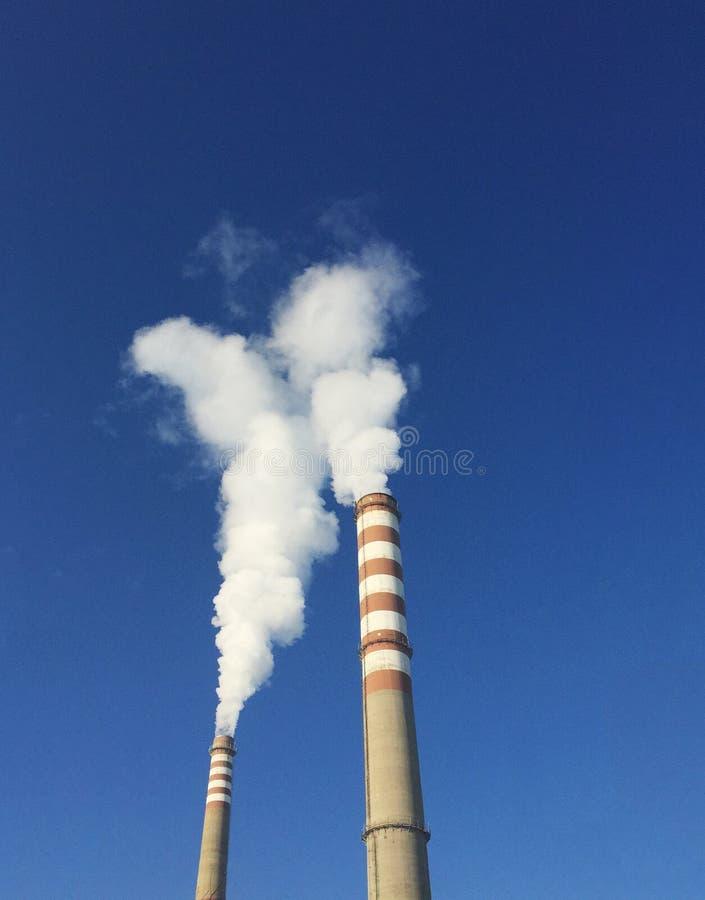 Industrielle Kamine mit Rauche lizenzfreies stockbild