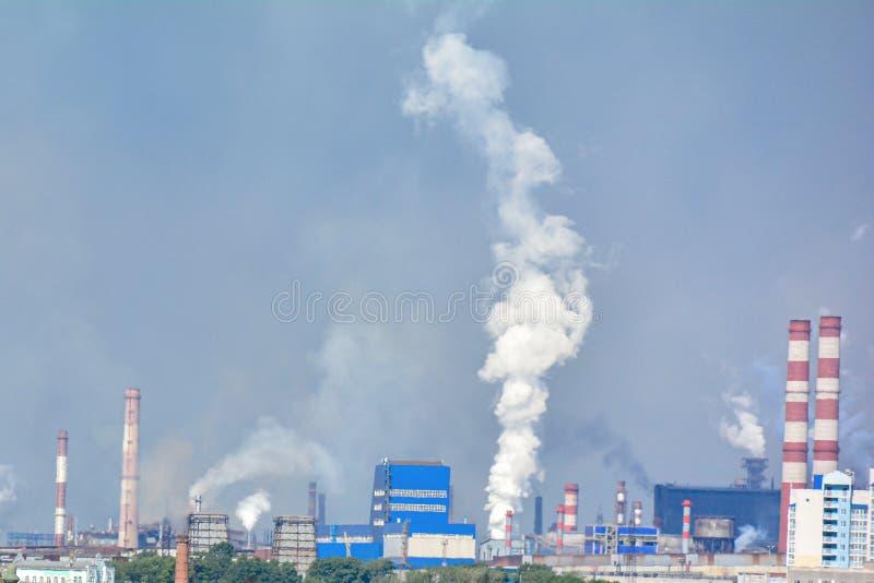 industrielle Rohre, die Luftverschmutzungsprobleme verursachen Kopieren Sie Platz Das Konzept von ?kologie und von Umweltschutz stockbilder