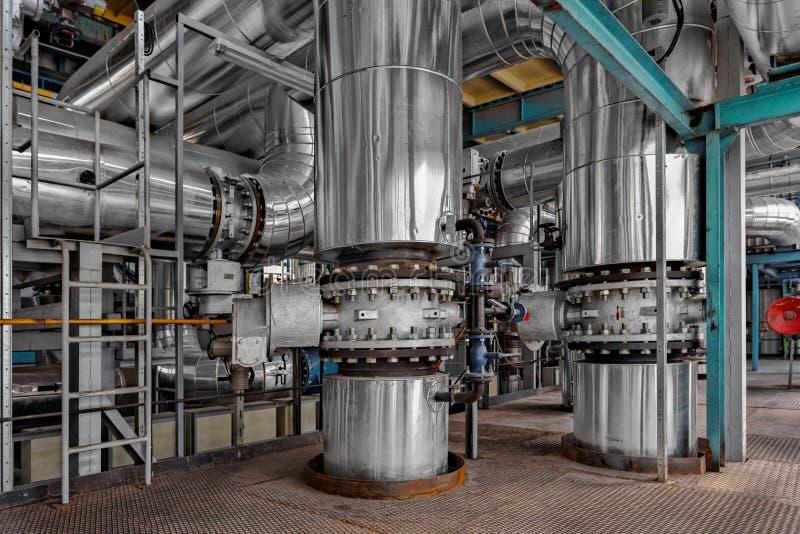 Industrielle Rohre in einem Wärmekraftwerk lizenzfreie stockbilder