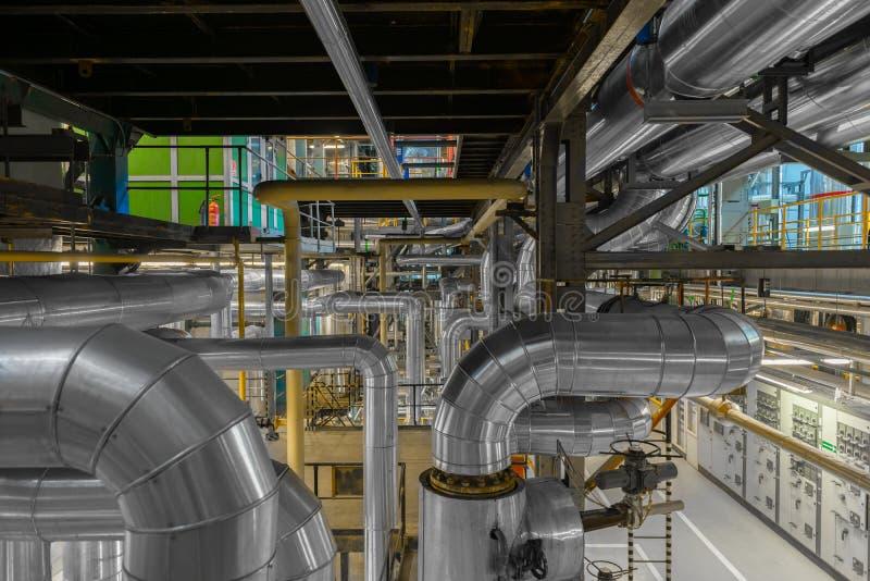 Industrielle Rohre in einem Wärmekraftwerk lizenzfreie stockfotos