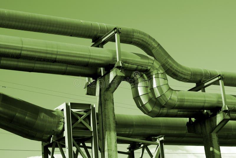 Industrielle Rohrleitungen und Zeilen des Stroms bw lizenzfreies stockbild
