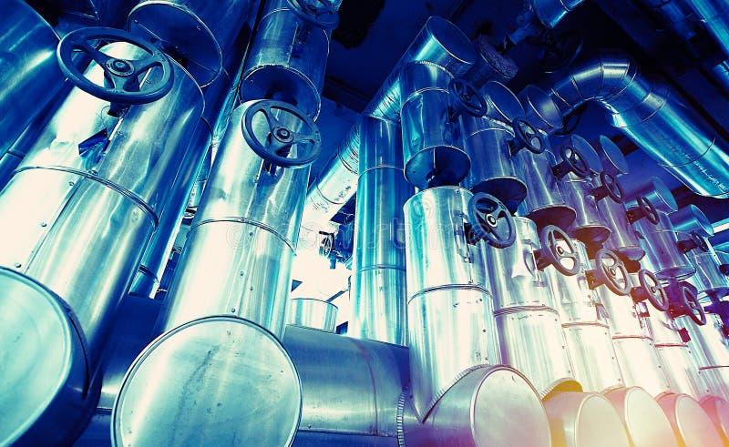 Industrielle Stahlrohrleitungen und Ausrüstung lizenzfreie stockfotografie