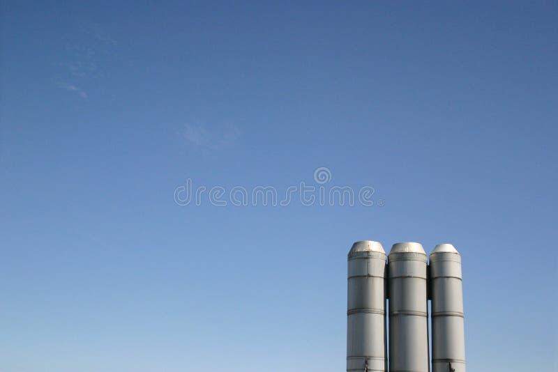 Industrielle Stapel-blauer Himmel lizenzfreie stockbilder