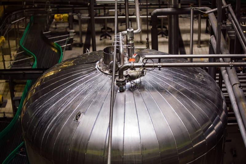 Industrieller Edelstahlbehälter in der modernen Brauerei stockfotos