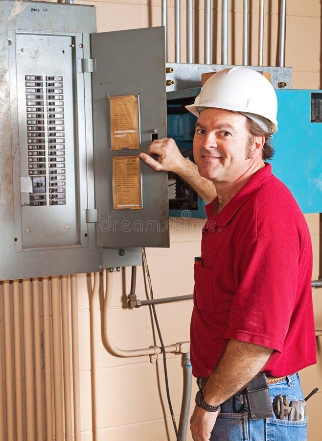 Industrieller Elektriker bei der Arbeit lizenzfreies stockbild
