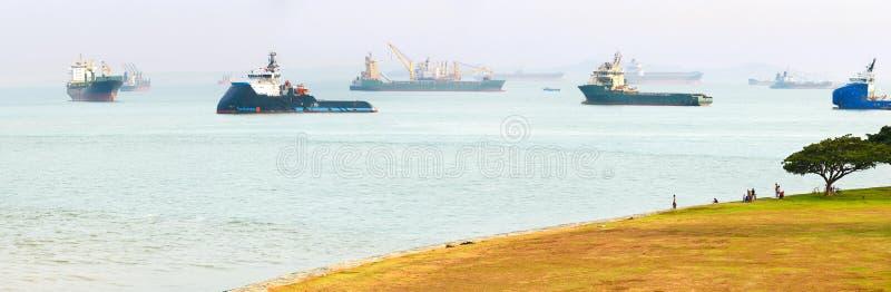 Industrieller Frachtschiffe Singapur-Hafen lizenzfreies stockbild