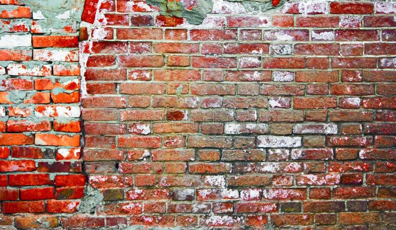 Industrieller Hintergrund Verwitterte Wand des roten Backsteins von zwei Teilen Straßen-Lagerbacksteinmauer des leeren Schmutzes  stockfotos