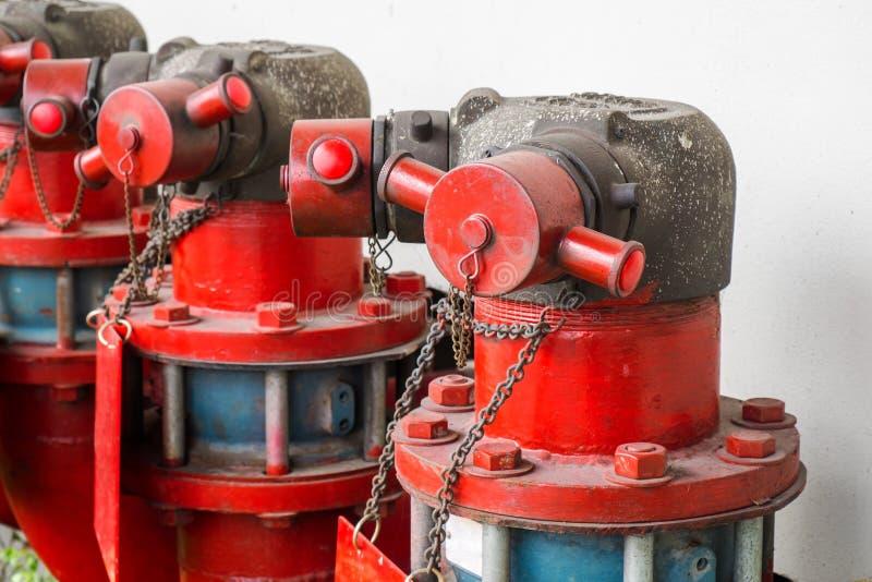 Industrieller Hydrant, großes Löschwasser-Rohr im Freien stockbild