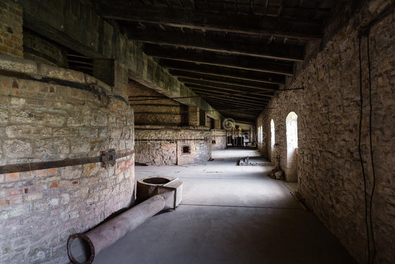 Industrieller Innenraum des alten Fabrikgebäudes lizenzfreie stockfotos