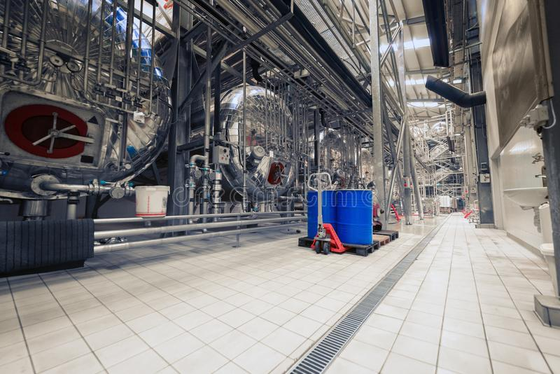 Industrieller Innenraum einer Alkoholfabrik stockfotografie