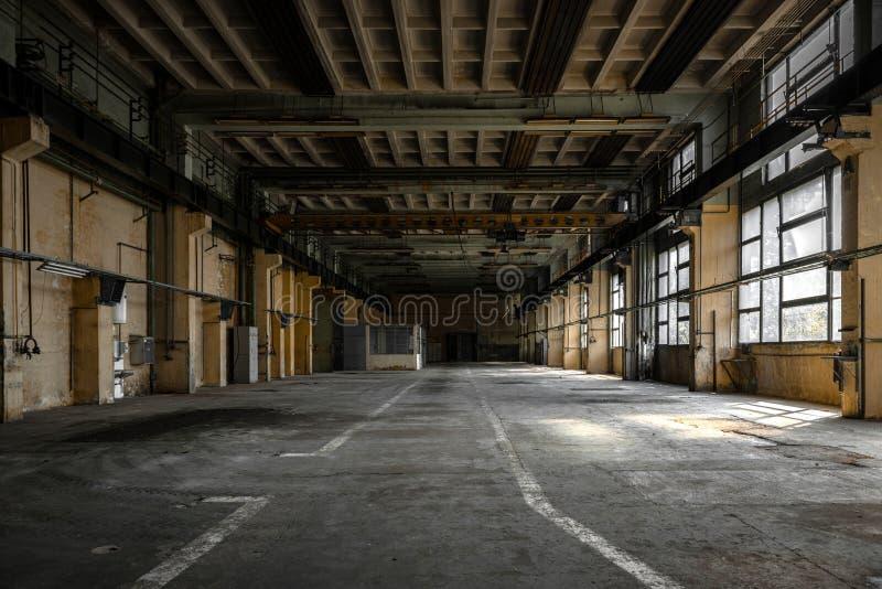 Industrieller Innenraum einer alten Fabrik stockfotos