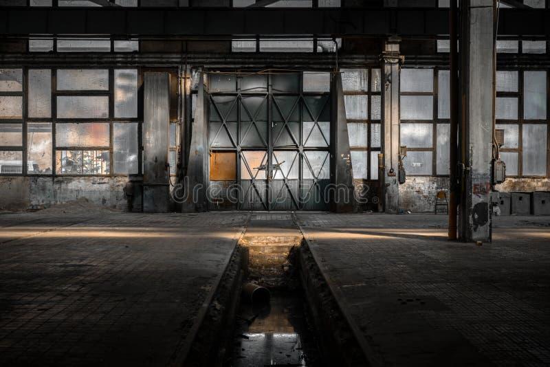 Industrieller Innenraum einer alten Fabrik stockbilder