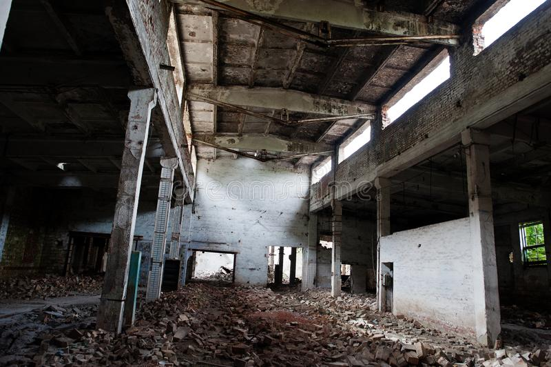Industrieller Innenraum einer alten verlassenen Fabrik lizenzfreies stockfoto