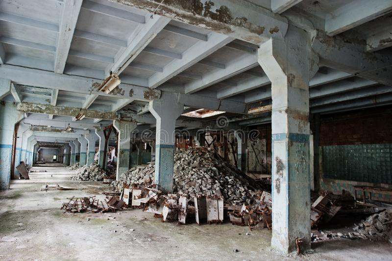 Industrieller Innenraum einer alten verlassenen Fabrik lizenzfreies stockbild