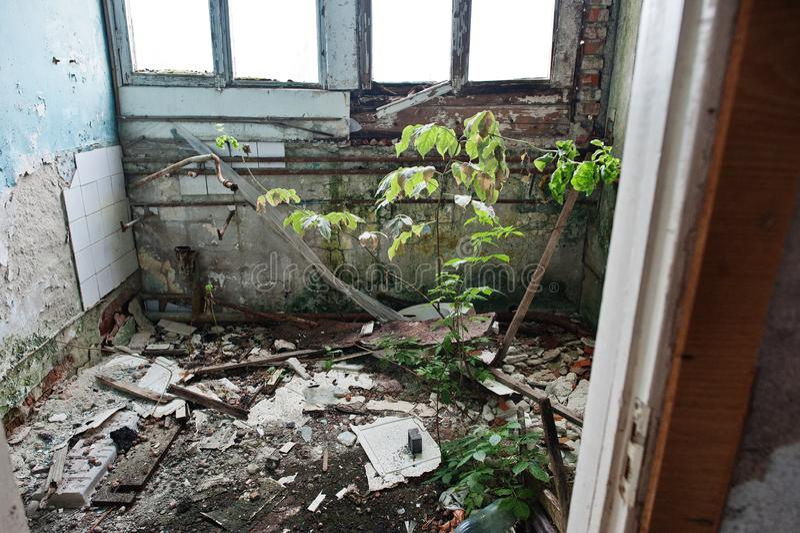 Industrieller Innenraum einer alten verlassenen Fabrik stockbild