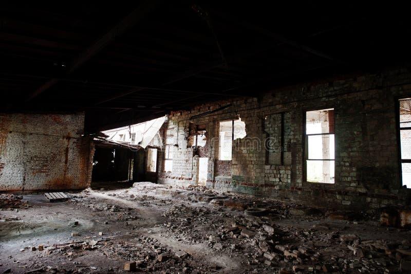 Industrieller Innenraum einer alten verlassenen Fabrik lizenzfreie stockbilder