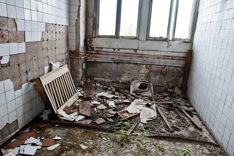 Industrieller Innenraum einer alten verlassenen Fabrik stockbilder