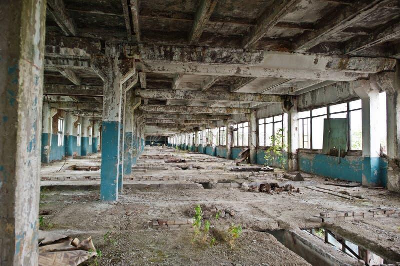 Industrieller Innenraum einer alten verlassenen Fabrik stockfotografie