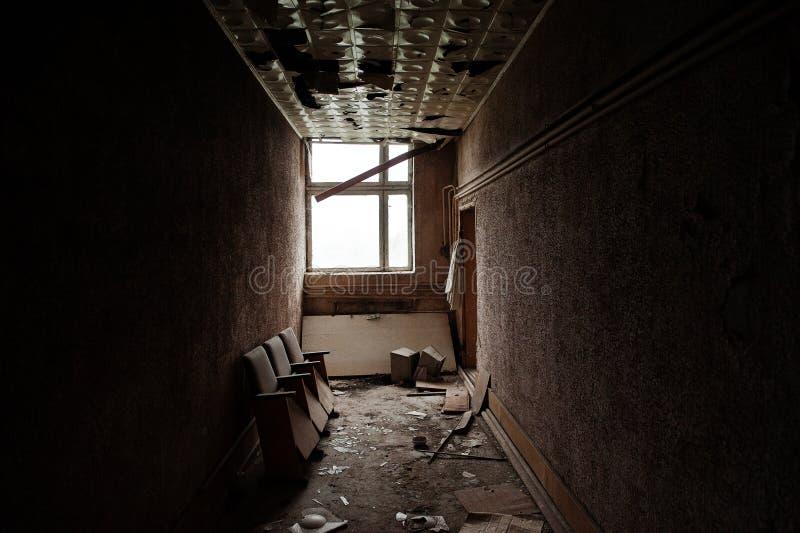 Industrieller Innenraum einer alten verlassenen Fabrik lizenzfreie stockfotos