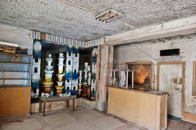 Industrieller Innenraum einer altes Porzellan verlassenen Fabrik lizenzfreie stockfotografie