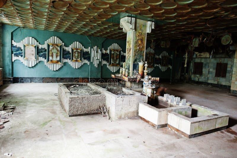 Industrieller Innenraum einer altes Porzellan verlassenen Fabrik stockfotos