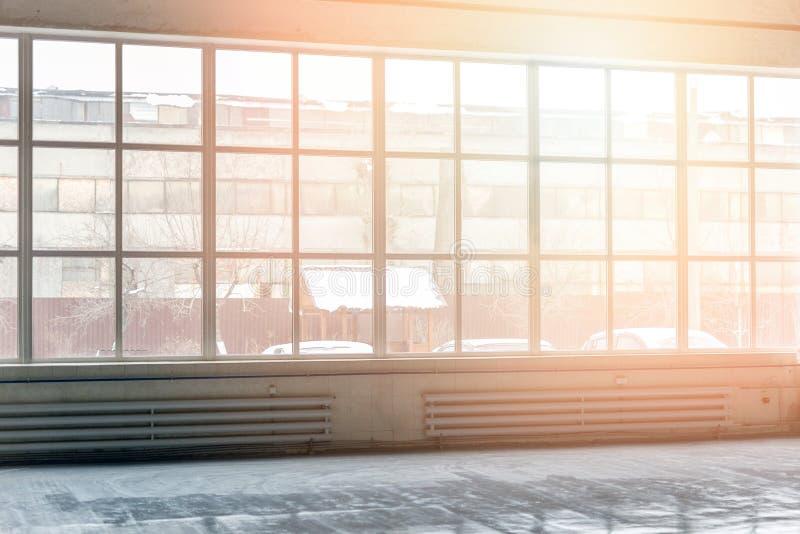 Industrieller Innenraum mit breitem Boden zum Deckenfenster Fabrik, die transparente Wand errichtet Sonnenlicht durch Fenster lizenzfreie stockbilder