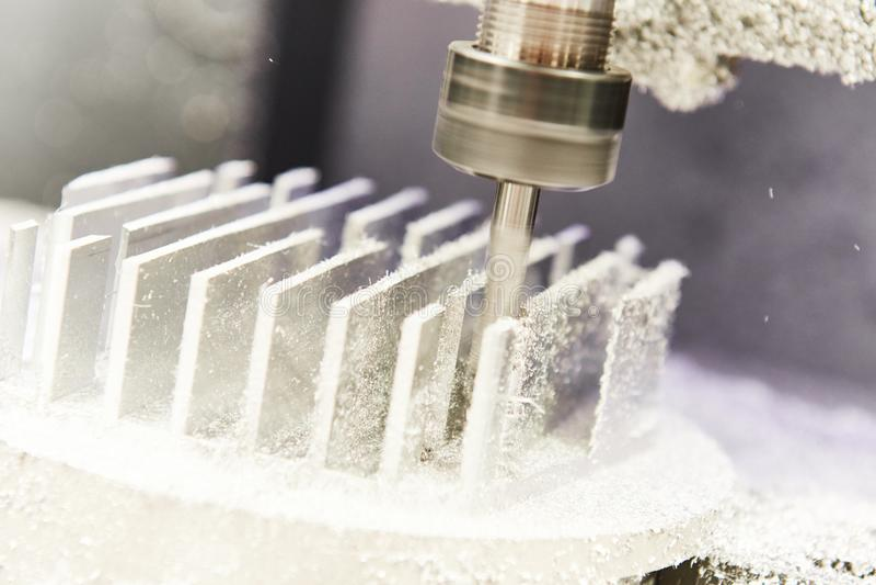 Industrieller Metallarbeitsschneidvorgang durch Fräser stockbilder
