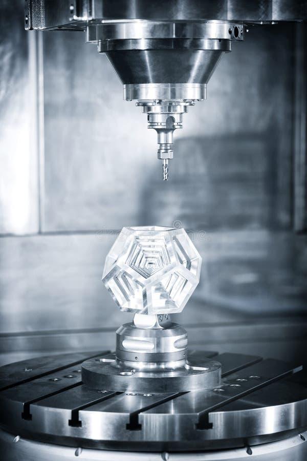 Industrieller Metallarbeitsschneidvorgang durch Fräser lizenzfreies stockbild