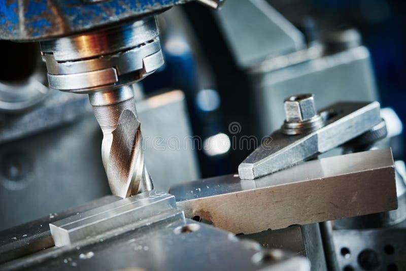 Industrieller Metallarbeitsschneidvorgang durch Fräser lizenzfreie stockbilder