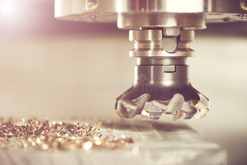 Industrieller Metallarbeitsschneidvorgang durch Fräser stockfoto