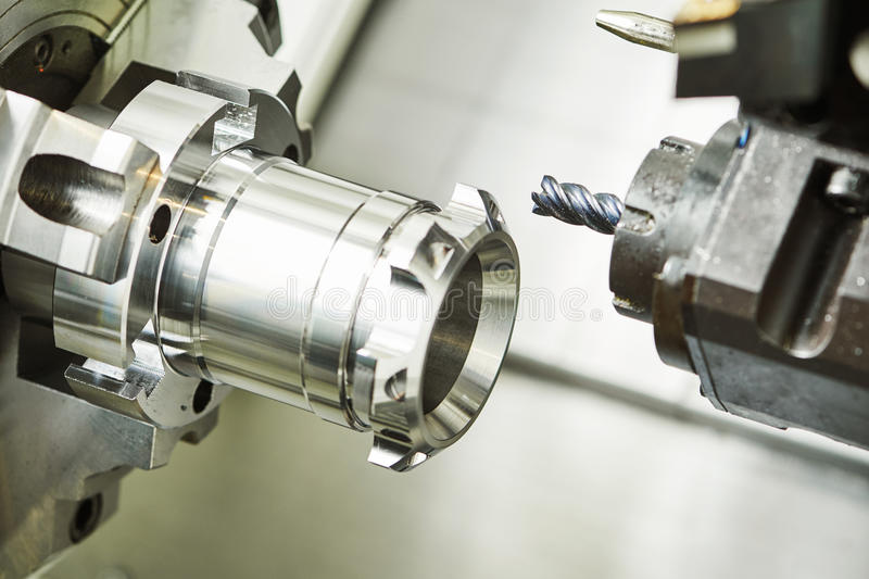 Industrieller Metallarbeitsschneidvorgang durch Fräser stockbild