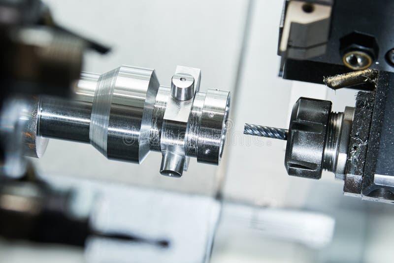 Industrieller Metallarbeitsschneidvorgang durch Fräser stockfotografie