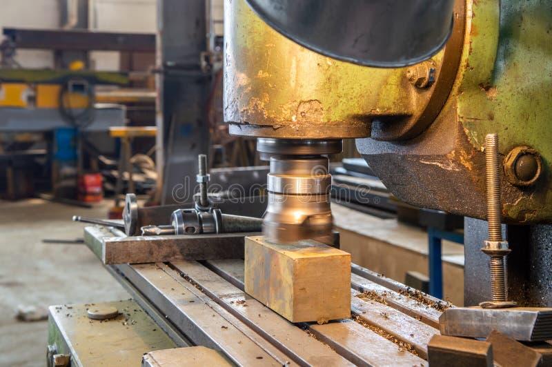 Industrieller Metallarbeitsschneidvorgang durch Fräser in einer Fabrik lizenzfreies stockbild