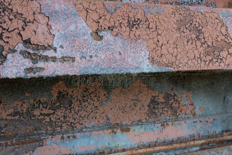 Industrieller Patinahintergrund mit dem verrosteten Metall, Farbe, Aquablau und Rosttönen abziehend stockbild