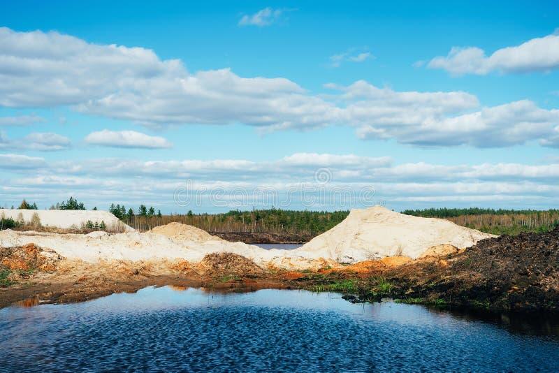 Industrieller Sandsteinbruch mit k?nstlichem Reservoir Sandgrube Baugewerbe stockbilder