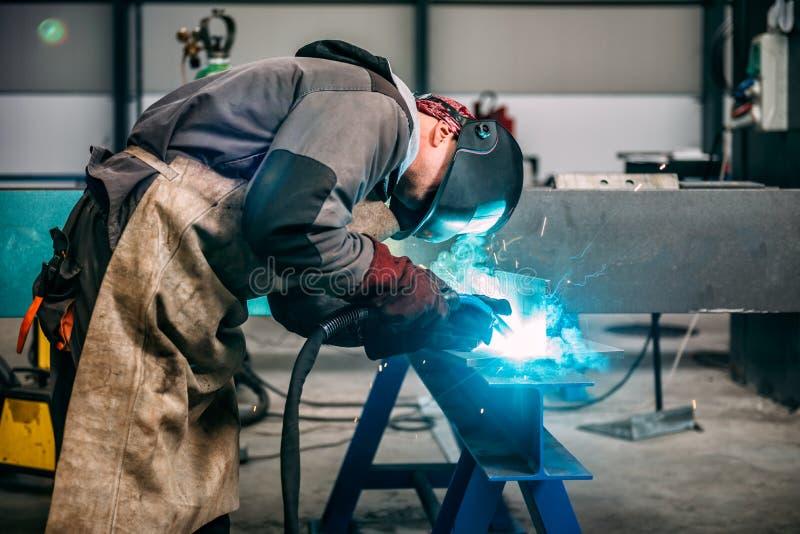 Industrieller Schweißer With Torch lizenzfreie stockfotos
