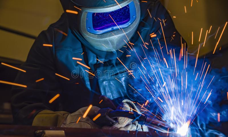 Industrieller Stahlschweißer in der Fabrik technisch, lizenzfreies stockbild