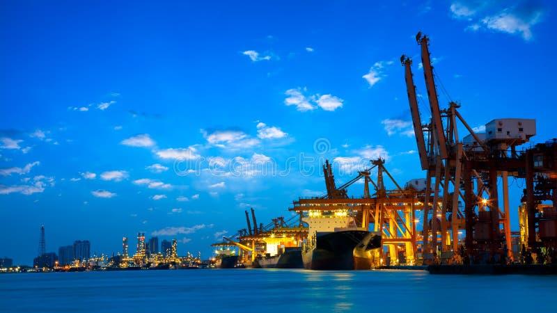 Industrielles Behälter-Frachtfrachtschiff mit dem Arbeiten stockbild