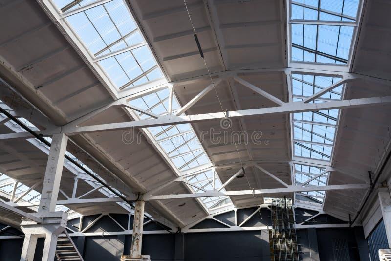 Industrielles Dach an der Fabrik lizenzfreies stockbild