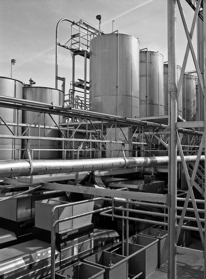 Industrielles Edelstahlrohr und Holdingbecken stockbild