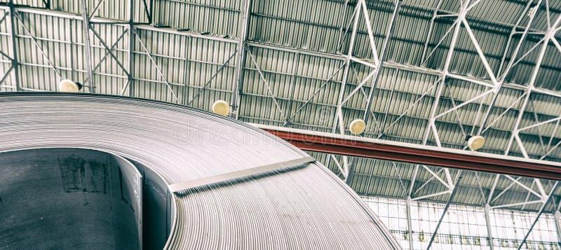 Industrielles Lager mit Rollen des Stahlblechs in einer Anlage galvanisierten Stahlspule stockbild